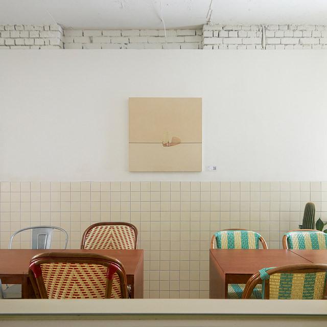 편안한 동네 카페를 지향하는 '언더야드'에 걸린 서정적인 정물화